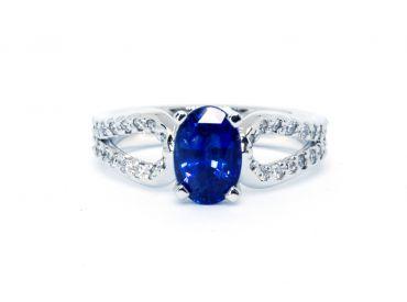 Bague saphir de Ceylan et pavage de diamants