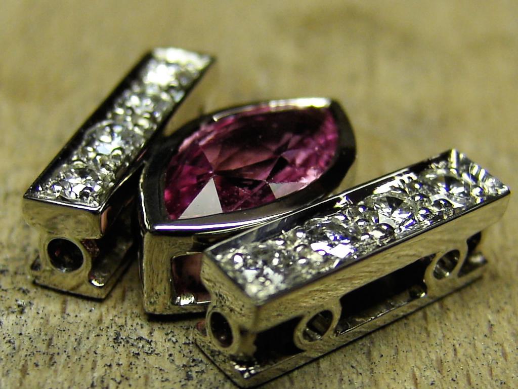 Pendentif saphir rose  pavé diamants réalisation Thomas H
